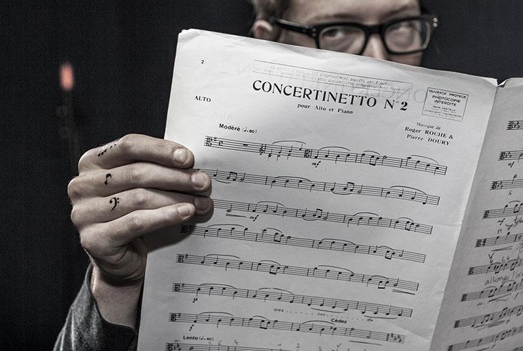 carreaux-line-caroline-chauveau-la-musique-dans-la-peau-notes-de-musique-cle-de-fa-sur-les-doigts copie