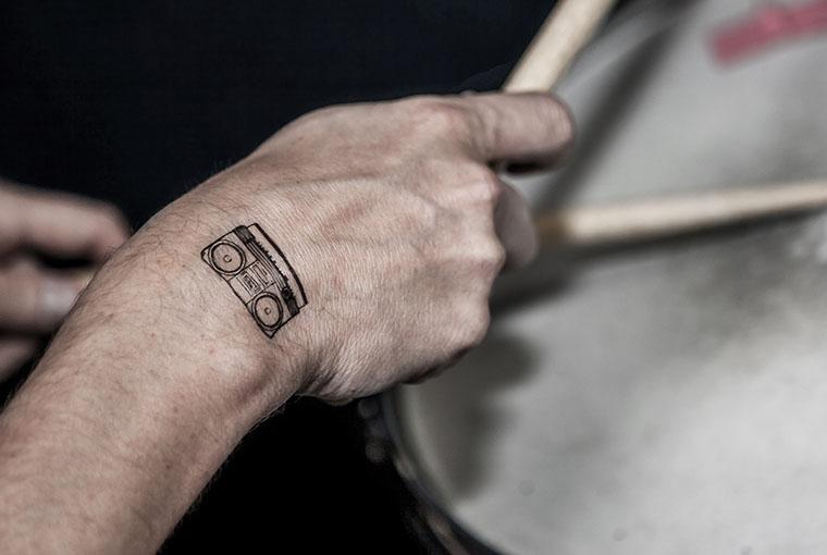 carreaux-line-caroline-chauveau-la-musique-dans-la-peau-waet-cyril-debarge-boombox-au-poignet