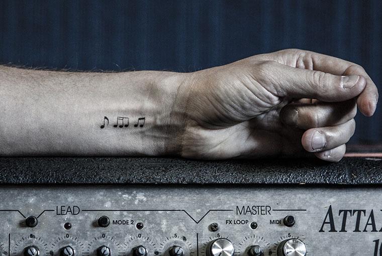 carreaux-line-caroline-chauveau-la-musique-dans-la-peau-waet-thomas-fourny-notes-de-musique-sur-l-avant-bras copie