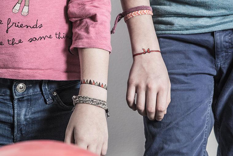 carreaux-line-caroline-chauveau-un-an-moins-jeune-bracelets-ruban-et-guirlande